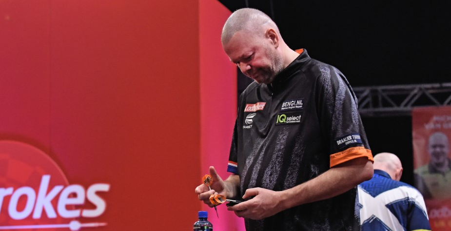 Van Barneveld loses luggage after flight, equipment sponsor comes to the rescue
